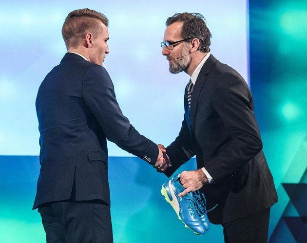 Gratulace od legendy. Michal Sadílek (vlevo) a Karel Poborský.