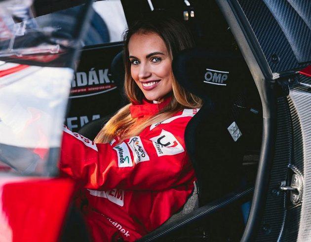 Miss Natálie Kočendová v roli závodnice.