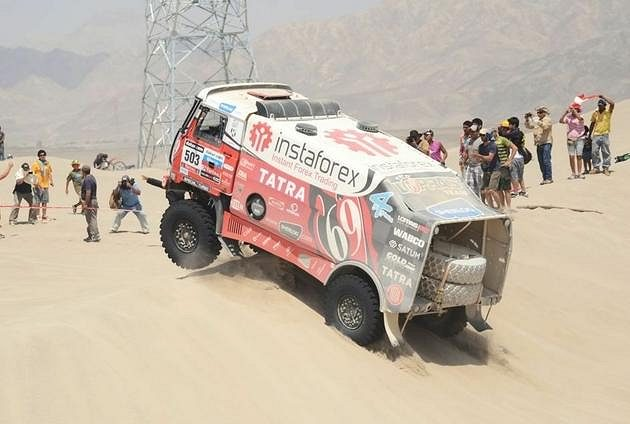 Aleš Loprais projíždí dunovým polem ve třetí etapě Rallye Dakar.