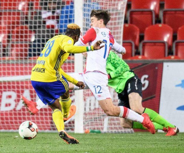 Ubong Ekpai ze Zlína střílí na Slavii vítězný gól na 2:1.