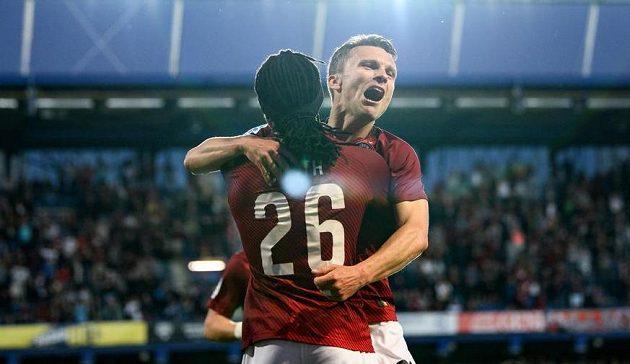 Fotbalista David Lafata ze Sparty Praha oslavuje gól na 2:0 se spoluhráčem Costou.