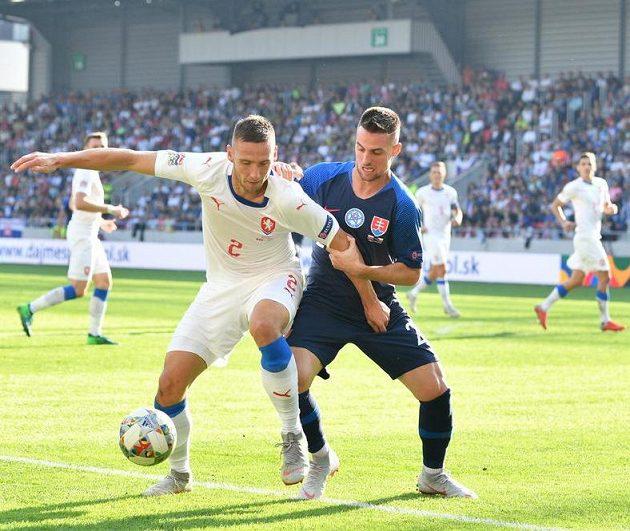 Pavel Kadeřábek v tvrdém souboji o míč