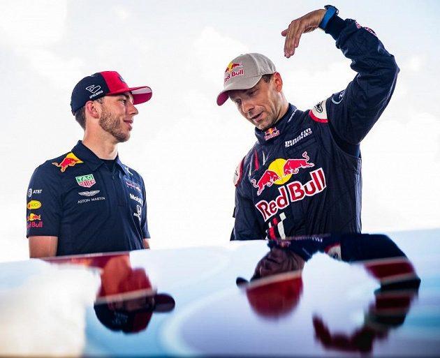 Francouzský jezdec stáje Red Bull Racing Pierr Gasly (vlevo) naslouchá výkladu Martina Šonky.