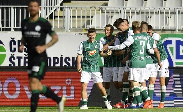 Fotbalisté Jablonce se radují z druhého gólu.