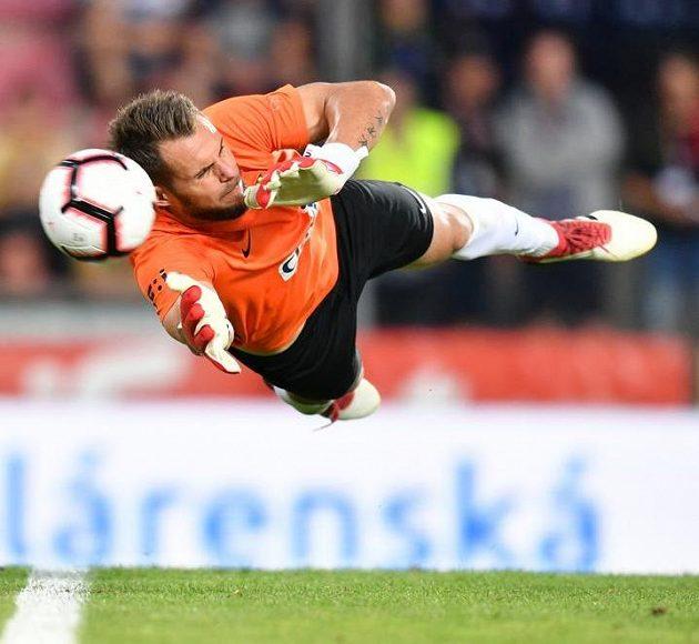 Opavský brankář Šrom inkasuje gól v utkání na Letné. Sparta doma nad nováčkem zvítězila.
