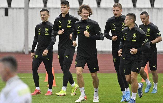 Trénink české fotbalové reprezentace před zápasy s Walesem a Běloruskem, uprostřed je Alex Král z West Hamu United.