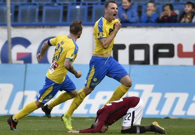 Teplický Michal Jeřábek (uprostřed) se raduje z gólu, který poslal pohárový duel se Spartou do prodloužení.