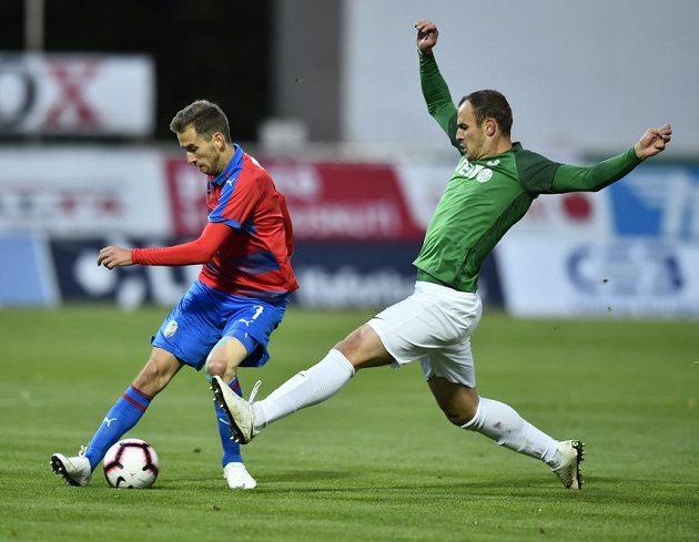 Zleva Tomáš Hořava z Plzně a jablonecký David Lischka v utkání 9. kola fotbalové ligy.
