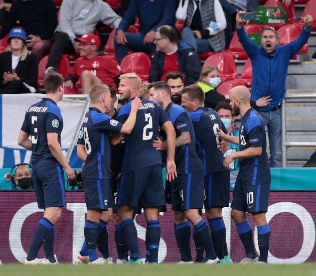 Fin Joel Pohjanpalo se v klubku spoluhráčů raduje z gólu proti Dánům.