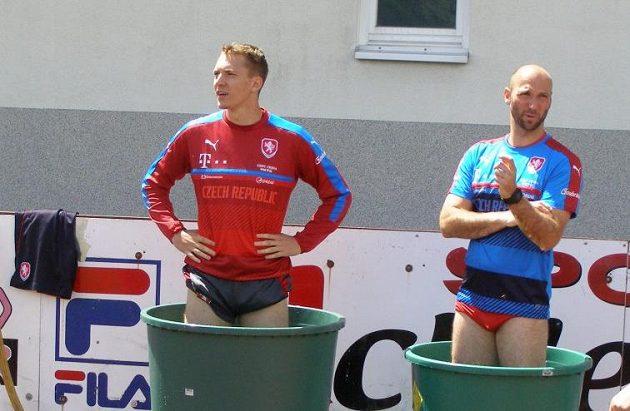 Útočník Lukáš Juliš a kondiční trenér Pavel Rada v ledové lázni při soustředění v Rakousku.