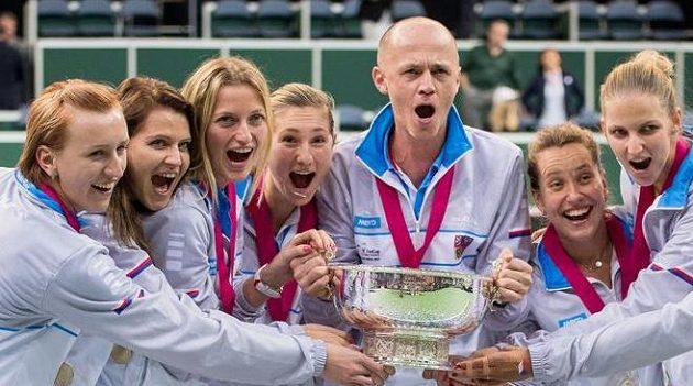 Český fedcupový tým s trofejí pro vítězky Fed Cupu v Praze.