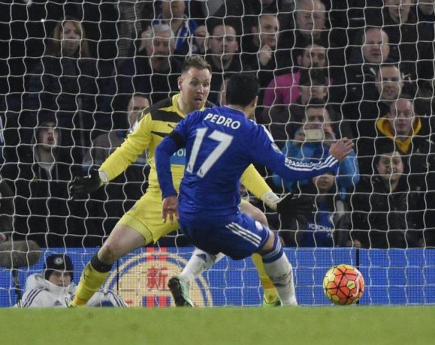 Pedro z Chelsea překonává brankáře Elliota.