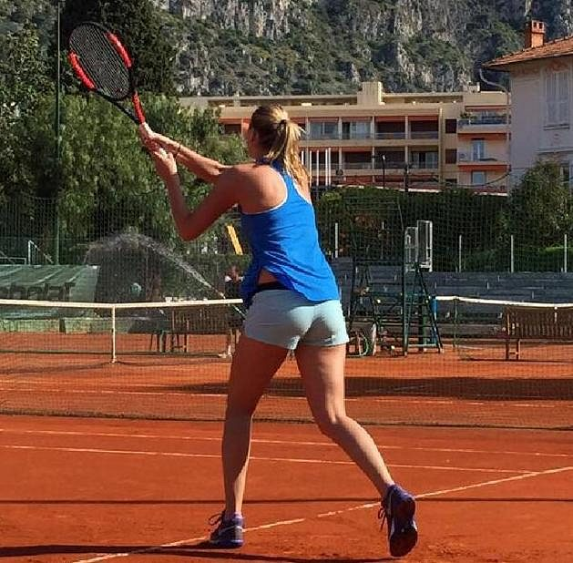 Dvojnásobná vítězka Wimbledonu tenistka Petra Kvitová začala po zranění levé ruky z prosincového přepadení s tenisem. První údery na kurtu zkoušela v Monte Carlu, ale o návratu do turnajů zatím nemluví.