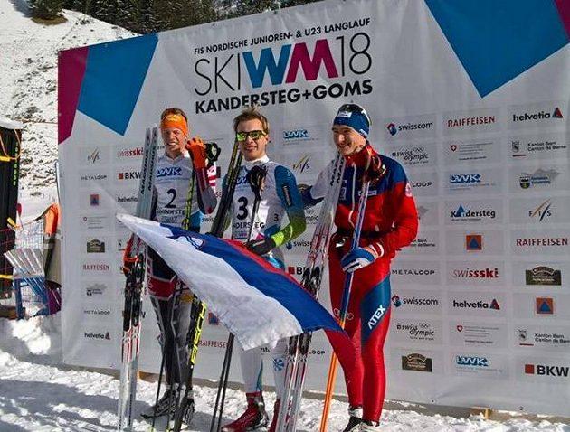Jan Vytrval (vpravo na stupních vítězů) obsadil třetí místo v závěrečném závodu sdruženářů na mistrovství světa juniorů v klasickém lyžování ve Švýcarsku.
