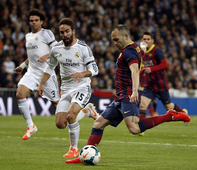 Barcelonský Andres Iniesta dává první gól El Clásika.