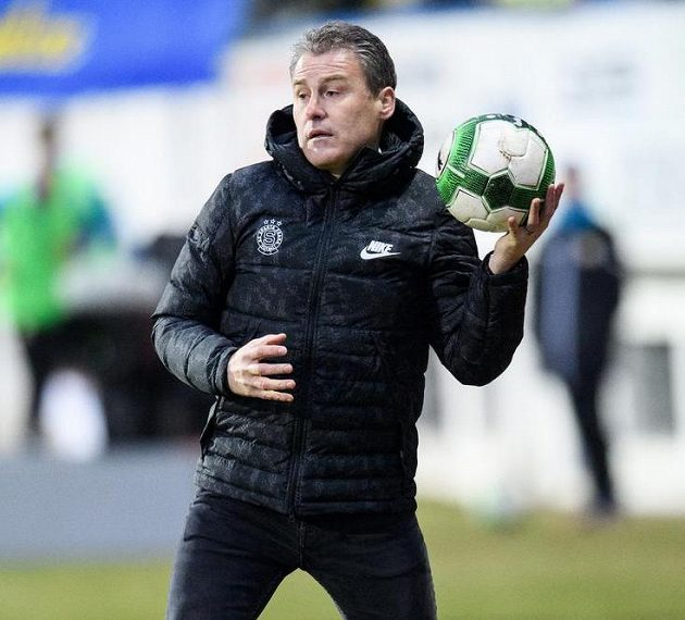 Trenér Sparty Praha Pavel Hapal během utkání v Teplicích.