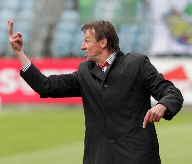 Trenér Karviné František Straka během utkání v Opavě.