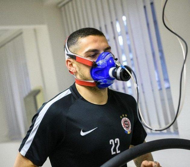 Nicolae Stanciu během fyzických testů na FTVS v Praze.