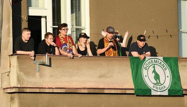 Fanoušci našli způsob, jak sledovat fotbalové derby mezi Bohemians a Spartou.