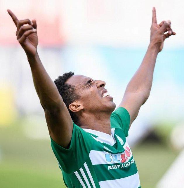 Jhon Mosquera z Bohemians oslavuje svůj druhý gól během utkání ve skupině o Evropu se Slováckem.