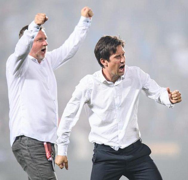 Tomáš Rosický a Pavel Vrba emotivně oslavují postup přes Rapid Vídeň.