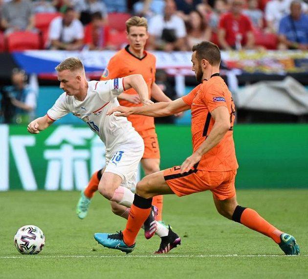 Český reprezentant Petr Ševčík v akci během osmifinále EURO s Nizozemskem.
