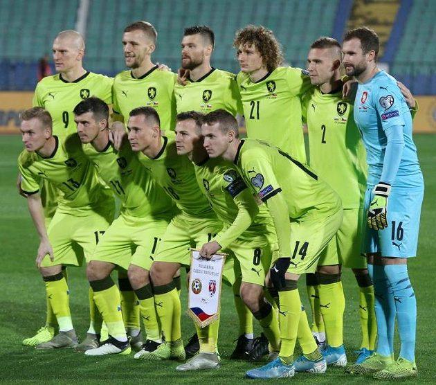 Český tým v nových venkovních dresech před zápasem v Bulharsku.