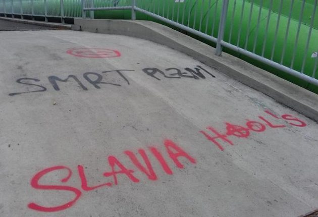Drsný vzkaz fotbalových chuligánů...