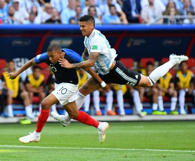 Penalta! Argentinec Marcos Rojo fauluje Francouze Kyliana Mbappeho.