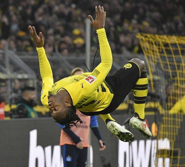 Dortmundský gymnasta Michy Batshuayi slaví gól.
