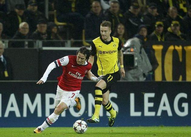 Tomáš Rosický uniká Marcovi Reusovi z Dortmundu.