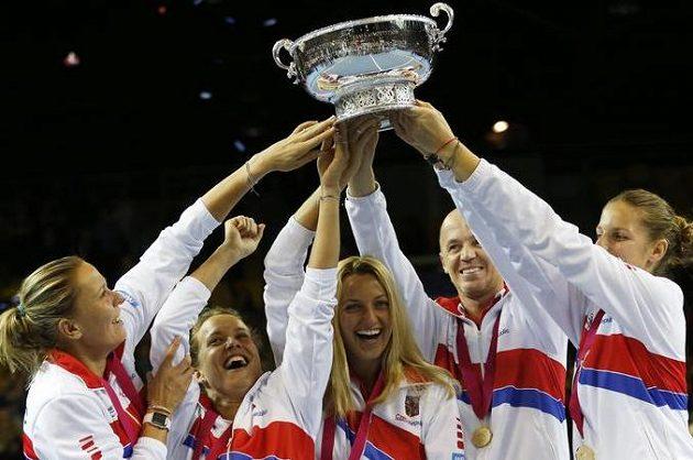 České tenistky jásají s pohárem pro vítězky Fed Cupu