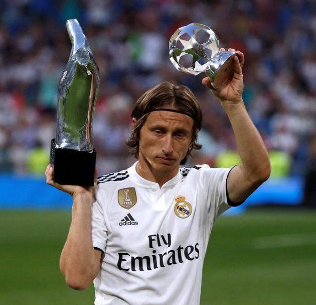 Luka Modrič se i na Santiago Bernabeu pochlubil svými trofejemi.