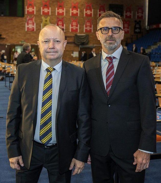 Petr Fousek (vlevo) a Karel Poborský ještě před volbou předsedy FAČR v Nymburce.