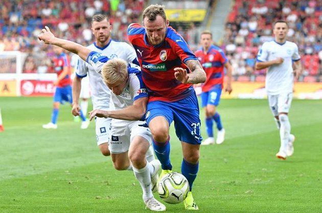 Plzeňský útočník Jakub Řezníček se snaží prosadit v souboji s Libercem. Během první půle však gól nedal a do druhého poločasu jej již kouč neposlal.