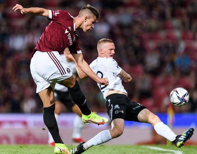 Adam Hložek ze Sparty Praha střílí gól na 1:0 během utkání s Hradcem Králové.
