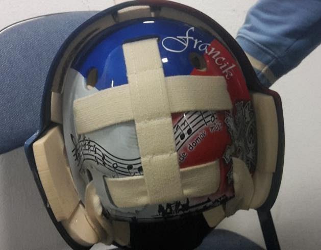 V zadní části masky má Pavel Francouz notový zápis české státní hymny a svou přezdívku.