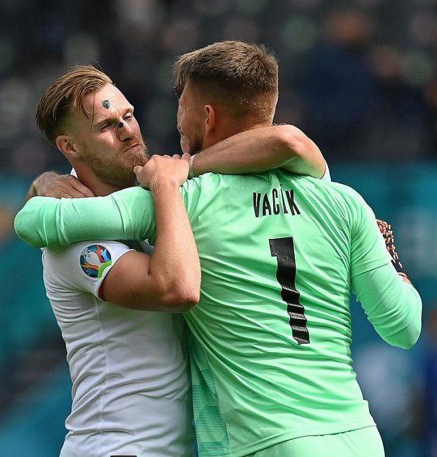 Válečníci Tomáš Kalas a Tomáš Vaclík slaví výhru.
