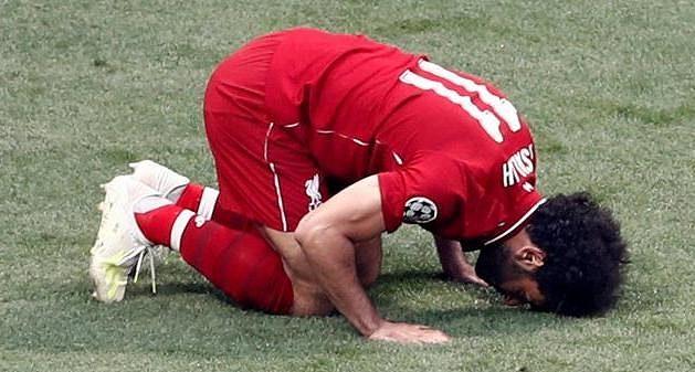 Liverpoolský kanonýr Mohamed Salah slaví poté, co proměnil penaltu ve finále Ligy mistrů proti Tottenhamu.