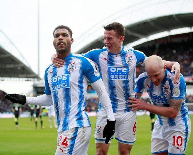 Hráči Huddersfieldu se radují. Zleva Steve Mounie, Jonathan Hogg a Aaron Mooy.