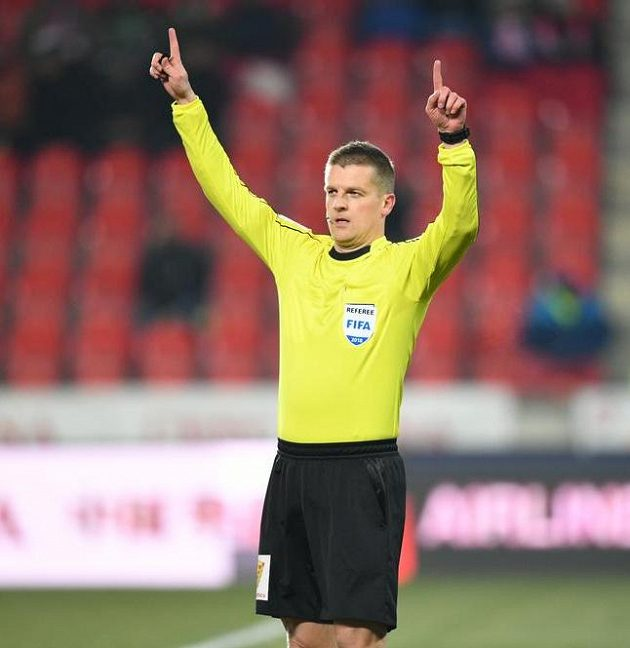 Hlavní rozhodčí Zbyněk Proske signalizuje, že na základě videa neuznal gól slávistického útočníka Milana Škody.
