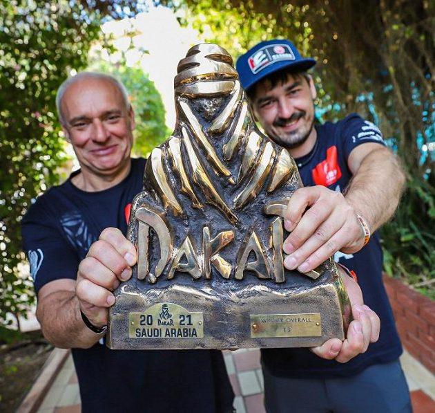 Posádka Josef Macháček a Pavel Vyoral s trofejí za vítězství v Rallye Dakar.