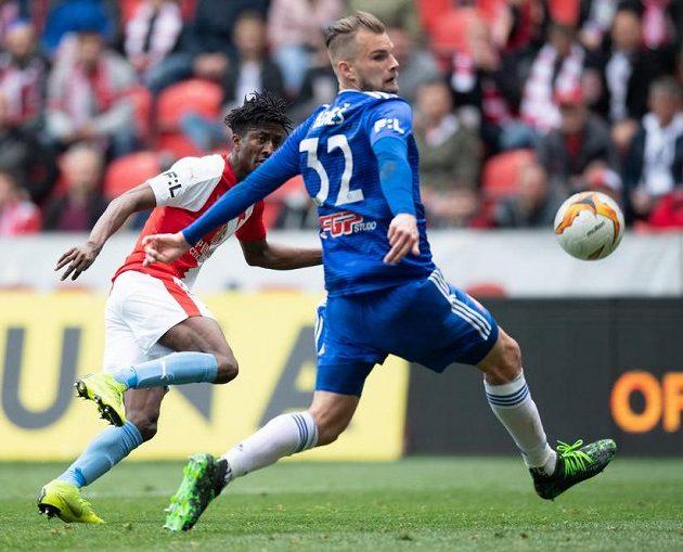 Peter Olayinka ze Slavie střílí gól na 1:1 během utkání s Olomoucí.