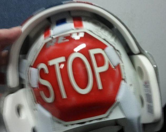 """Na zadní části masky má Dominik Furch fosforeskující nápis """"STOP""""."""