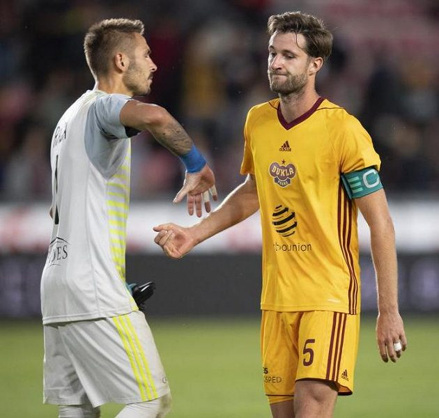 Fotbalisté Dukly Praha Filip Rada (vlevo) a Marek Hanousek po porážce na Spartě.