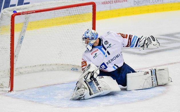 Brankář Liberce Jaroslav Pavelka dostává gól.
