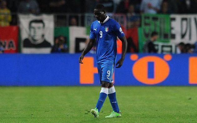 Vyloučený italský útočník Mario Balotelli.