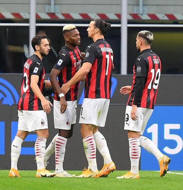 Zlatan Ibrahimovic (třetí zleva) z AC Milán slaví svůj druhý gól v derby proti Interu.