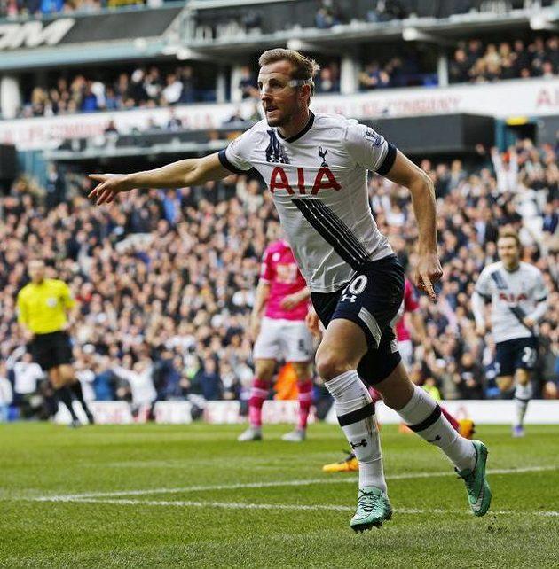 Tottenhamský Harry Kane slaví první gól proti Bournemouthu.