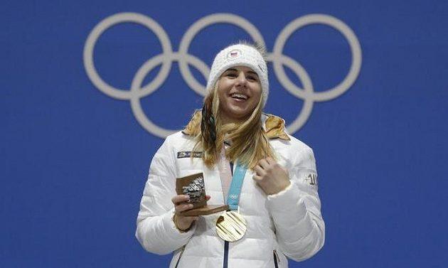 Je to doma! Češka Ester Ledecká, senzační vítězka super-G, už převzala zlatou olympijskou medaili.
